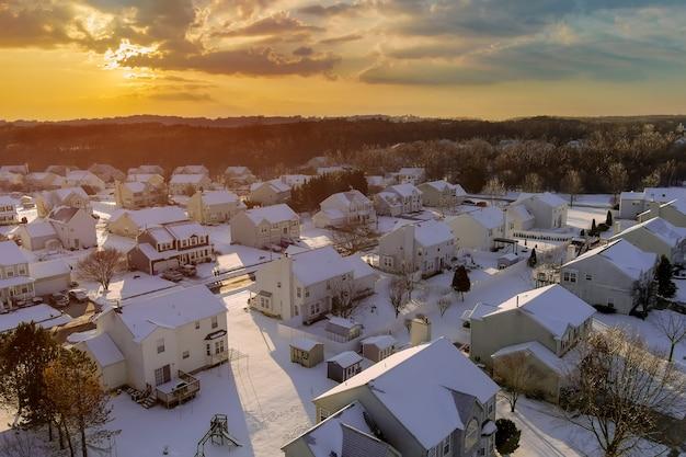 작은 타운 하우스와 거리에있는 미국 교외의 눈 오는 날 평화로운 풍경