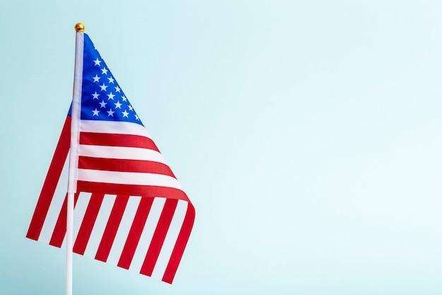 アメリカの祝日と選挙のための空白の背景の休日の旗の上のアメリカのアメリカの旗高品質の写真