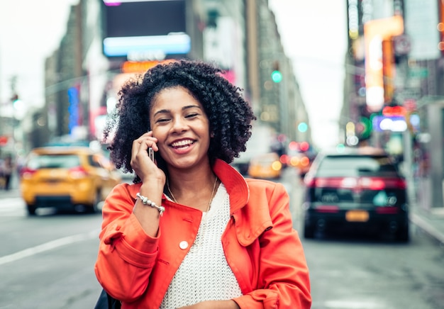 타임 스퀘어, 뉴욕에서 전화를 만드는 미국 여자. 도시 생활 개념