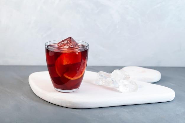 アメリカーノアルコールカクテル、赤いベルモットビターソーダ水オレンジの皮と氷