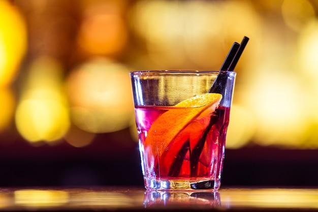 バーでアメリカーノカクテル。