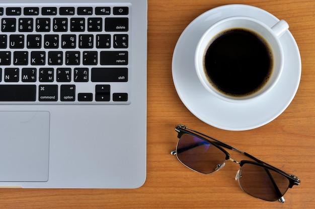 아메리카노 커피 hot, 흰색 커피잔에 업무용 책상 위