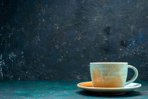 Американо с круто декорированной чашкой на темно-синем