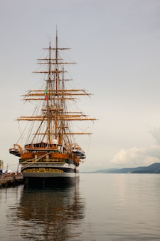 Amerigo vespucciはイタリア海軍の背の高い船です