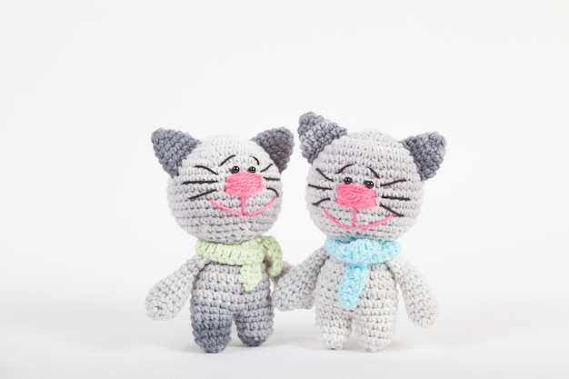 Вязаный маленький кот на белом фоне. ручная вязаная игрушка. amigurumi