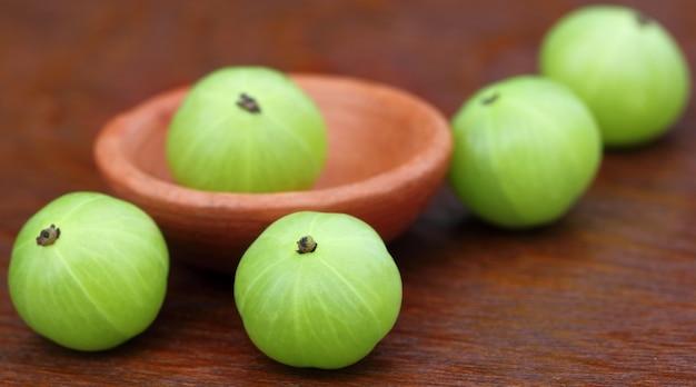 Плоды амлы на деревянной поверхности