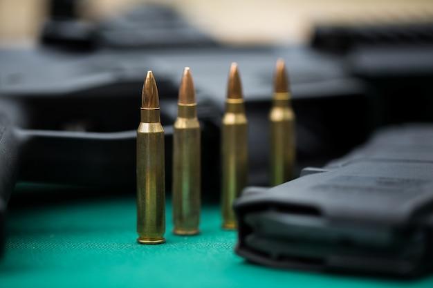 機関銃と弾薬への弾薬