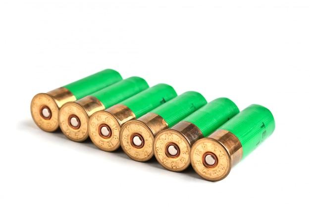 白い背景で隔離のライフルを狩猟用の弾薬