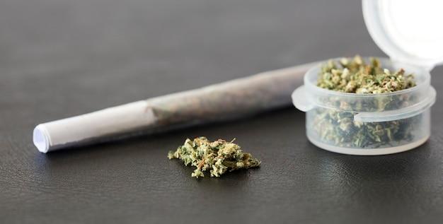 Количество марихуаны с соединением и прозрачным герметичным контейнером для хранения и консервации