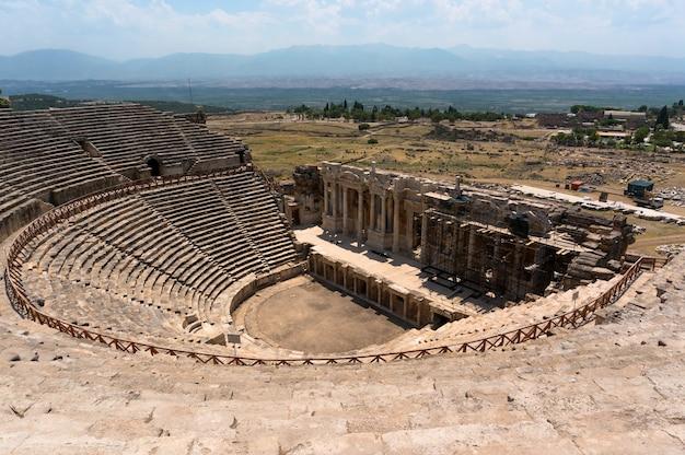 Амфитеатр в древнем иераполисе, памуккале, турция. объект всемирного наследия юнеско