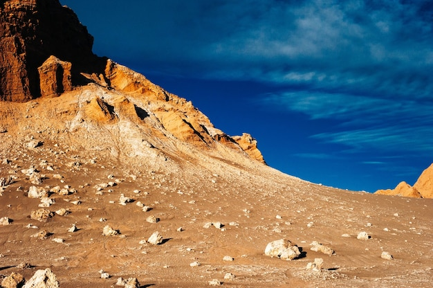 Амфитеатр в пустыне атакама недалеко от сан-педро-де-атакама чили в валле-де-ла-луна.