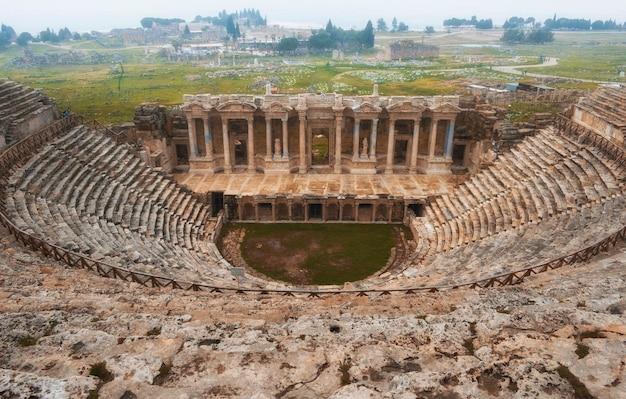 Амфитеатр древнего иераполиса, памуккале, турция