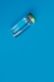 파란색 배경에 약이 든 앰플