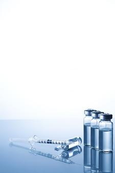 アンプル、バイアル、シリンジ。医療注射、病気、ヘルスケア、糖尿病、インスリン。注射を行う準備をしている液体ワクチンと注射器。医療機器。コピースペースと医療の背景
