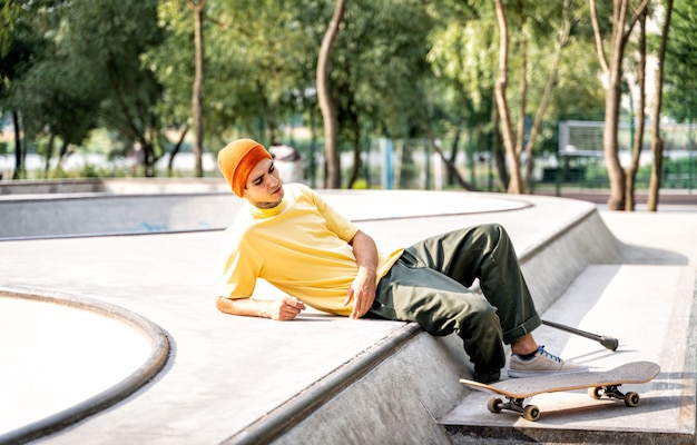 스케이트 파크에서 시간을 보내는 절단된 스케이팅 선수. 장애와 스포츠에 대한 개념