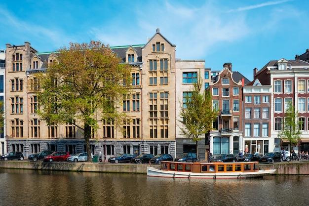 하우스와 운하 위에 암스테르담 다리