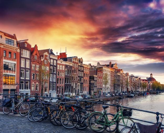Амстердамский канал на западе.
