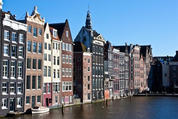 Вид на канал амстердама, недалеко от центра города