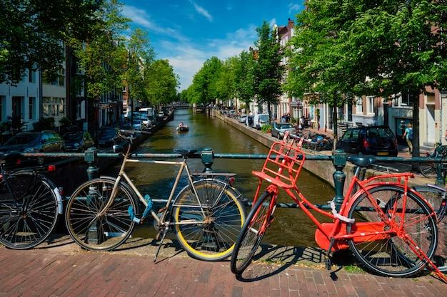 アムステルダムの運河、橋、ボート、自転車