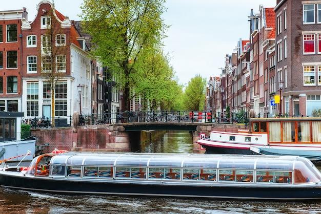 アムステルダムの運河と典型的な家。