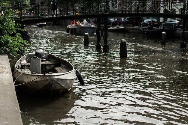 アムステルダムの運河、ボートが水の上を歩く