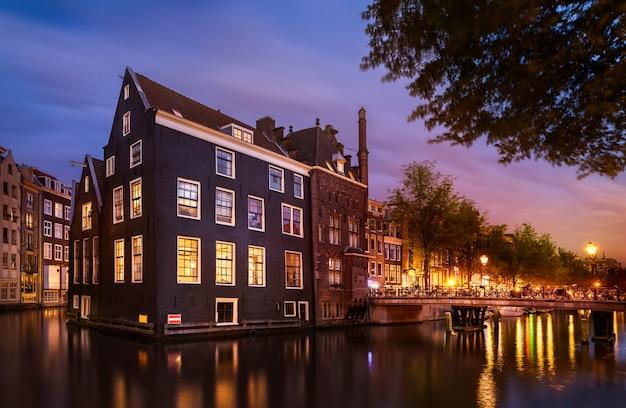 夜のアムステルダムの風景