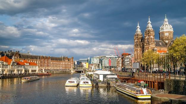 암스테르담 네덜란드 중앙 기차역 운하 구시가지의 성 니콜라스 대성당