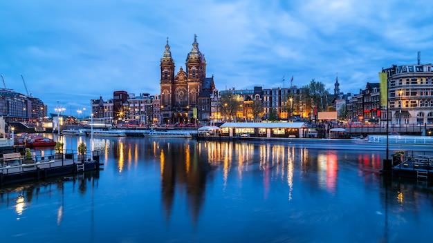 Амстердам netherlansd базилика святого николая и горизонт старого района города