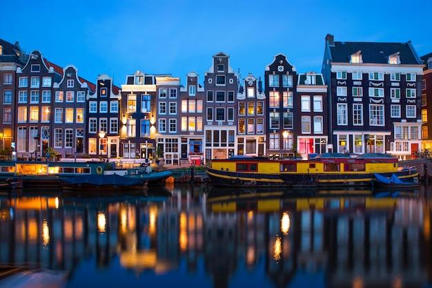 Знаменитый вид на улицу амстердама вечером