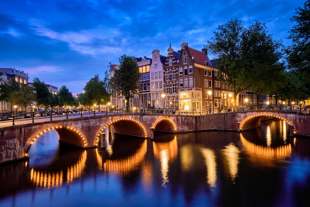 저녁에 암스테르담 운하, 다리 및 중세 주택