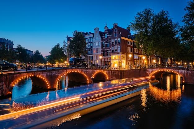 저녁에 암스테르담 운하 다리와 중세 주택