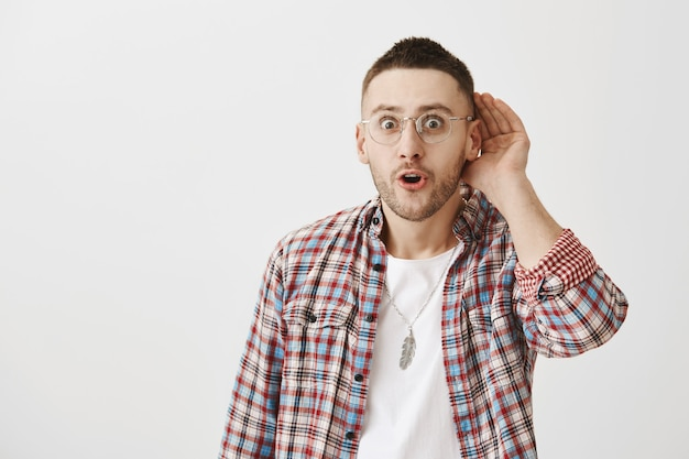 眼鏡ポーズで面白がってハンサムな若い男