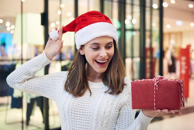 クリスマスプレゼントで面白がって女性