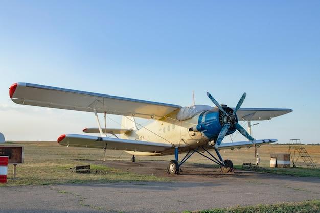 조종사와 낙하산 점프 훈련을위한 an-2 소형 스포츠 프로펠러 구동 항공기가 비행장에 있습니다.