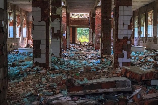壊れたガラスブロックが付いたレンガで作られた、放棄され破壊されたソビエト時代の建物。