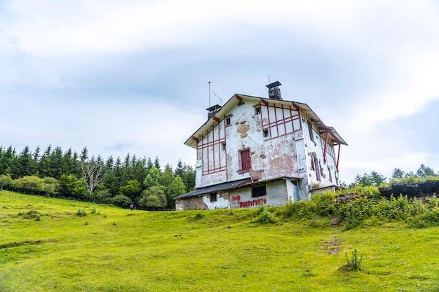 山に登る放棄された農家。ギプスコアで最高のアイスコリ山1523メートル。バスク。 san adrianを登ってoltzaフィールドに戻る