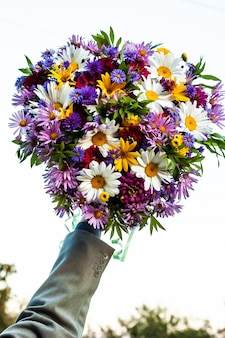 하나의 여름 꽃다발에 다양하고 아름다운 피는 꽃이 풍부합니다.