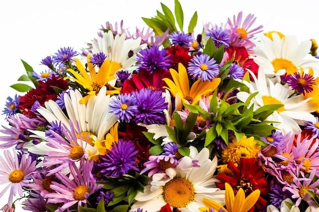 Обилие разнообразных красивых цветущих цветов в одном летнем букете.