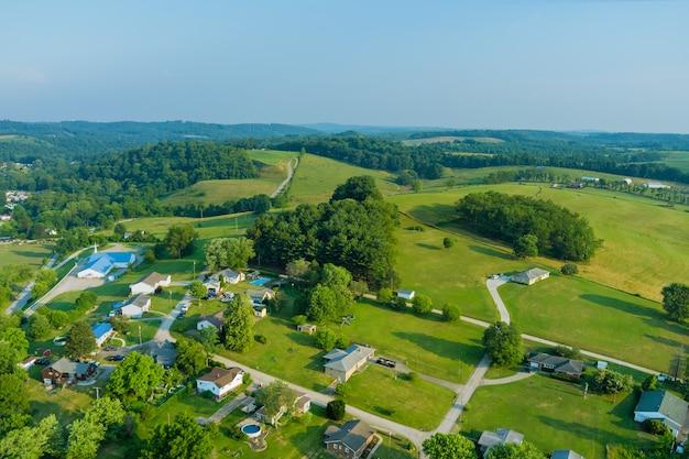 米国ペンシルベニア州の丘にある小さなベントレービルの町の村の空中確立ビュー