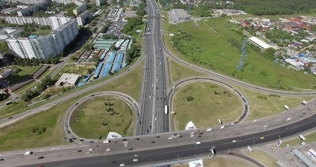 거대한 도로 교차점과 그 주변의 산업 도시 경관의 조감도
