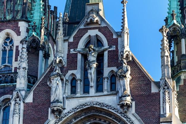 C 사이에 위치한 고딕 양식의 sts olha와 elizabeth 교회의 공중 전망
