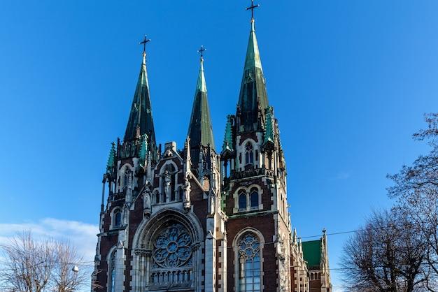 도시 사이에 위치한 고딕 양식의 sts olha와 elizabeth 교회의 항공 보기