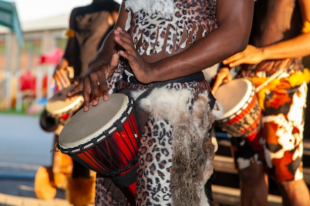 아프리카 드러머가 젬베를 연주합니다. 전통 악기.