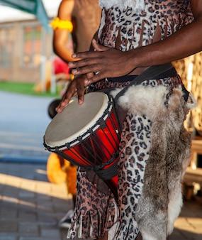 아프리카 드러머가 젬베를 연주합니다.
