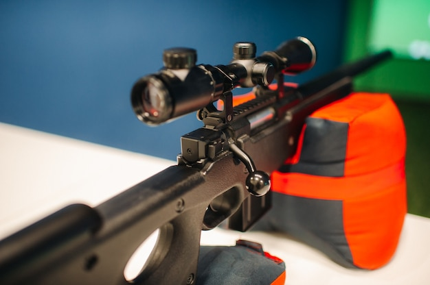 Пневматическая винтовка для стрельбы в тире готова.