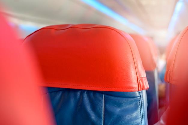 空の乗客列の座席がある航空機のキャビン。