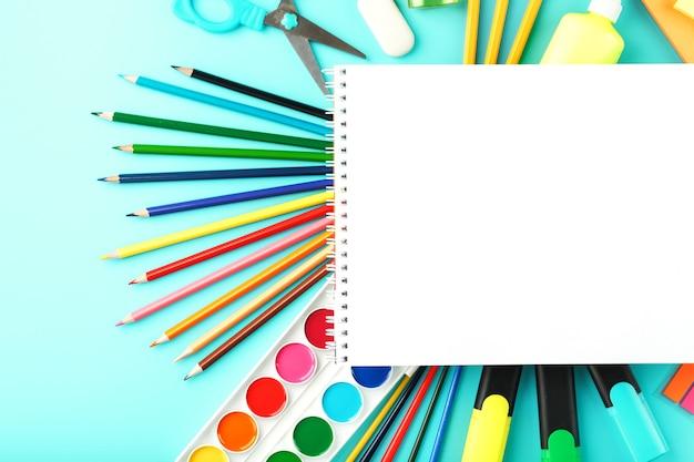 シアンで文房具を備えた学校での創造的な開発のためのアルバム
