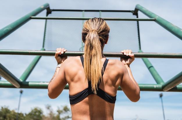 야외에서 훈련하는 놀라운 운동가.