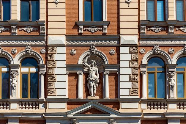 장식 요소와 조각품이 있는 건물의 빈티지 외관의 놀라운 전망