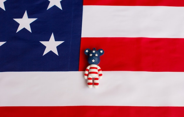 アメリカの国旗を背景にアメリカ人男性